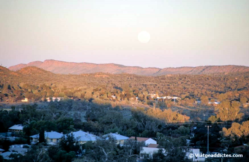 Alice Springs i els Macdonnell Ranges des d'Anzac Hill