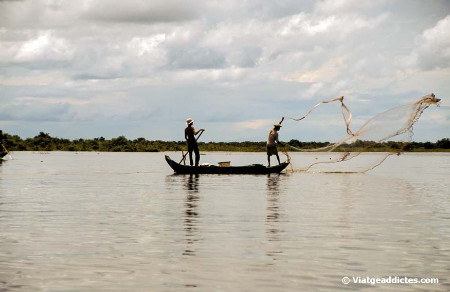 Homes pescant en el llac Tonle Sap