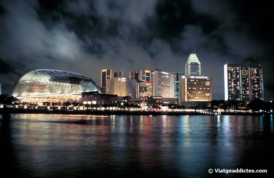 Vista nocturna de Esplanade-Theatres on the Bay (Singapur)