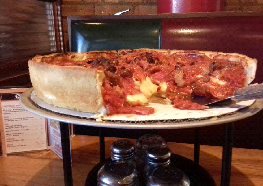 Una deep dish pizza (Chicago)